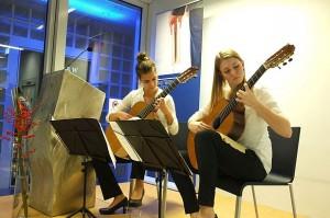 Jenny Thiele (links) und Laura Rajtschan von der Stuttgarter Musikschule spielten zur Verleihung des Thaddäus-Troll-Preises an Katrin Zipse. (Fotos: M. Seehoff)